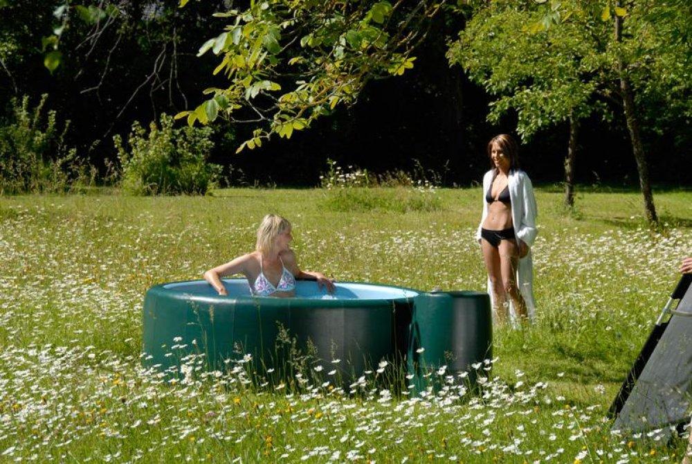 2115e37b37c Dámy už jsou připravené užít si neopakovatelnou koupel v přírodě. Řeč není  o ničem jiném než o mobilní vířivce Softub